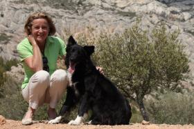 Blandine Damour, fondatrice d'Animal Futé et Filou, son chien dont l'adoption à la SPA est à l'origine de la création d'Animal Futé